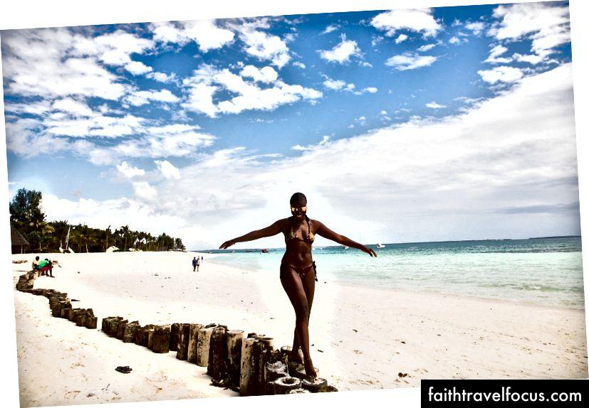 Білі піски та кришталево чисті блакитні води пляжу Нунгві в Занзібарі (Фото: Elton Anderson)