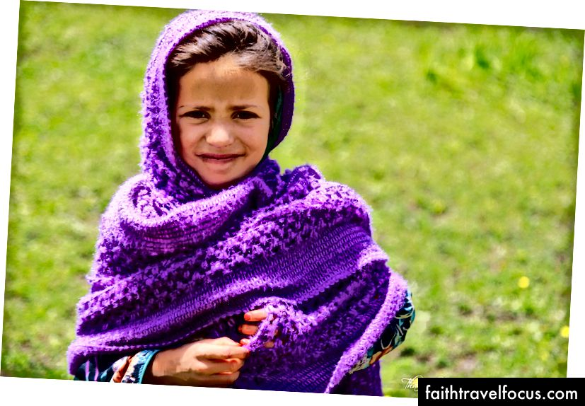 Дівчина Кашмірі вражає милу позу для нас взамін шоколадних цукерок. Правильно чи неправильно, з тією фіолетовою хусткою в налаштуваннях я не втримався натиснути це.