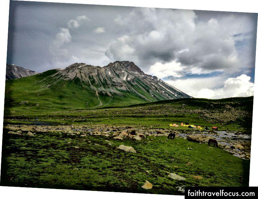 Наш кемпінг Вішансар - Коли ми починаємо денний похід, щоб перетнути перевал Гадсар. Я все ще сумую за своїм DSLR