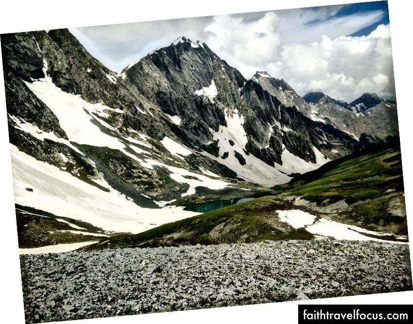 Луки та озера, що живляться снігом, коли ми спускаємося вниз через перевал Гадсар
