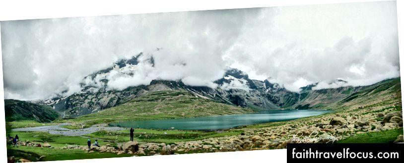 Озеро Нандкол з обличчям Гармуха, прихованим хмарами