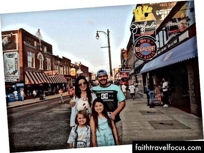 Сім'я позує на Beale St в Мемфісі, Техас