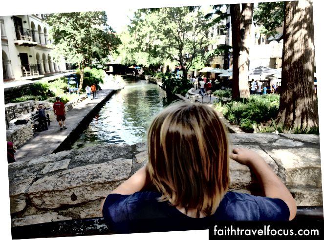 Син добре почуває себе на річці Ріверквал в Сан-Антоніо, Техас