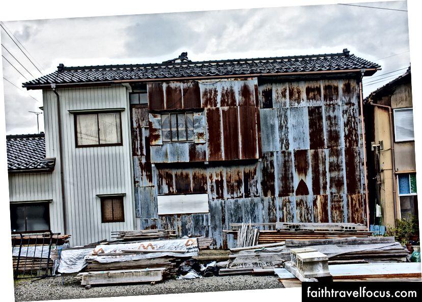 Một tòa nhà dân cư ở Suzu.