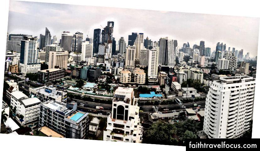 Xem từ giường trong phòng điều hành tại AETAS HOTEL, ở Bangkok.