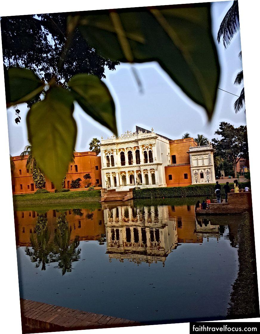 Дивлячись через озеро на колекцію будівель та обширні сади, що складають музей