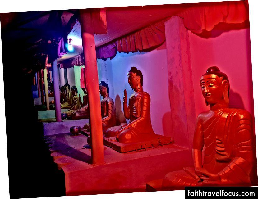 Молодий монах і довга черга світних Будд
