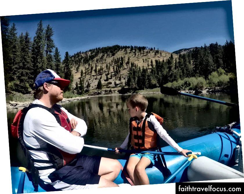 Chèo thuyền vượt sông Clark gần Missoula Montana