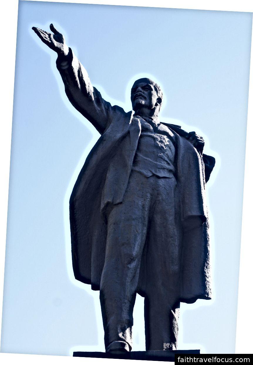 Статуї Бішкека: солдати, що несли розібраний кулемет на площі Перемоги; Леніна в середині ораторського мистецтва, на вулиці Пушкіна.