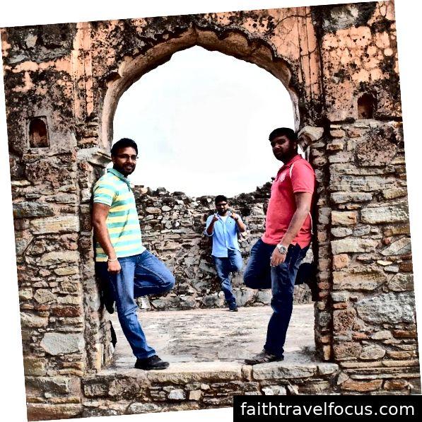 Pháo đài Kumbalgarh nổi tiếng là Vạn Lý Trường Thành của Ấn Độ. Nó là một phần của Vùng Rajasmand ở Rajasthan. Đây là pháo đài quan trọng thứ hai của Rajasthan sau Chittorgarh. Pháo đài đã ghi dấu ấn trong lịch sử là bức tường lớn thứ hai sau Vạn Lý Trường Thành của Trung Quốc. Pháo đài hùng vĩ cao 3600 ft và dài 38km bao quanh khu vực Udaipur. Nó được coi là đã được Rana Kumbha xây dựng vào thế kỷ 15. Pháo đài tiếp tục được tuyên bố là Di sản Thế giới của UNESCO nằm dưới nhóm Hill Forts của Rajasthan. Nó nằm ở vị trí chiến lược trên những ngọn đồi Aravalli phía tây.