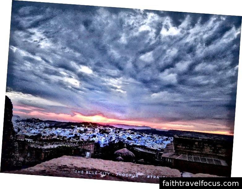 Người ta có thể nhìn thấy toàn cảnh thành phố Jodhpur từ pháo đài này, trông giống như một tấm thảm màu xanh nằm dưới chân một ngọn đồi.