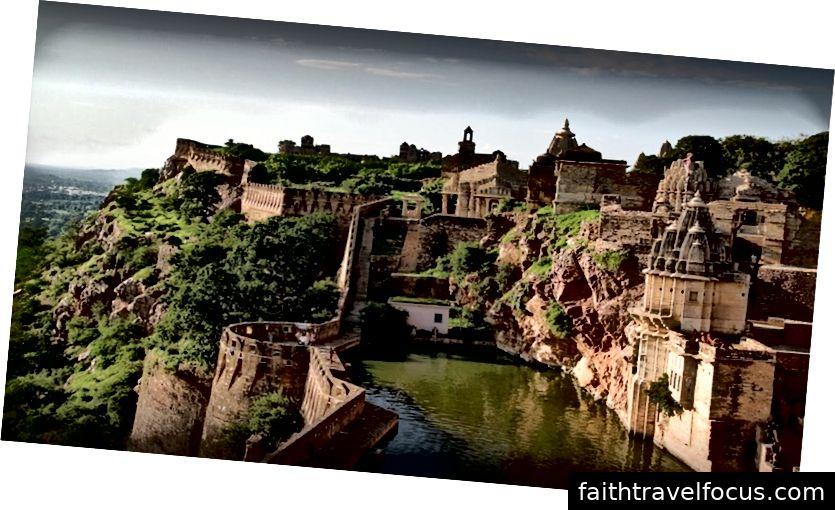 Chittorgarh cộng hưởng với những câu chuyện về lòng dũng cảm, niềm tự hào và niềm đam mê của Rajputana. Bards of Rajasthan hát những câu chuyện về lòng dũng cảm và sự hy sinh kể lại những câu chuyện mà mọi trẻ em và người lớn trong thành phố đều biết. Chittorgarh được đặt tên theo cấu trúc hùng vĩ nhất của nó, Pháo đài Chittorgarh nằm trên đỉnh một ngọn đồi cao 180 mét và trải rộng trên 700 mẫu Anh. Chittorgarh Fort đã có một quá khứ đầy biến động. Pháo đài này của Rajputs đã phải đối mặt với ba lần tấn công bạo lực trong toàn bộ lịch sử của nó. Lần đầu tiên là vào năm 1303 khi Quốc vương Delhi, Ala-ud-din Khilji, người được Nữ hoàng Padmini say mê, đã phát động một cuộc tấn công để bắt cóc cô. Hơn hai thế kỷ sau, vào năm 1533, chính Bahadur Shah, Quốc vương Gujarat, người đã gây ra sự hủy diệt to lớn. Bốn thập kỷ sau, năm 1568, Hoàng đế Mughal Akbar đã tấn công và chiếm giữ pháo đài. Cuối cùng, vào năm 1616, dưới sự cai trị của Hoàng đế Mughal Jahangir, pháo đài đã được trả lại cho Rajputs