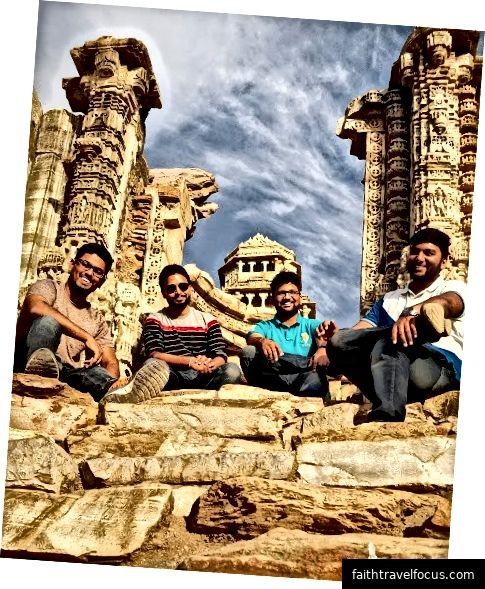 Tháp chiến thắng - (Vijay Stambh) và Tháp danh vọng - (Kirti Stambh): Được xây dựng vào năm 1440 sau Công nguyên bởi Maharana Kumbha để kỷ niệm chiến thắng của ông trước Mohamed Khilji, tòa tháp 9 tầng này được trang trí bởi các tác phẩm điêu khắc của các vị thần Hindu xung quanh.