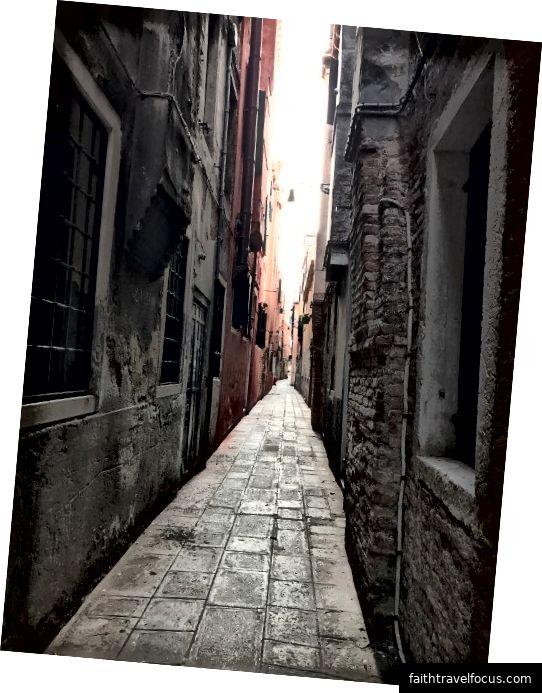 """Venedik'te bir sokak veya """"calle"""". Fotoğraf: Katherine Yung"""