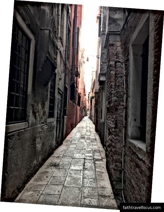 Một đường phố hay đường phố Calle tinh ở Venice. Ảnh: Kinda Yung