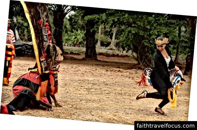 Мікела Маллоцці танцює Кінський танець з індонезійською родиною, Малайзія | © Нік Ніколс