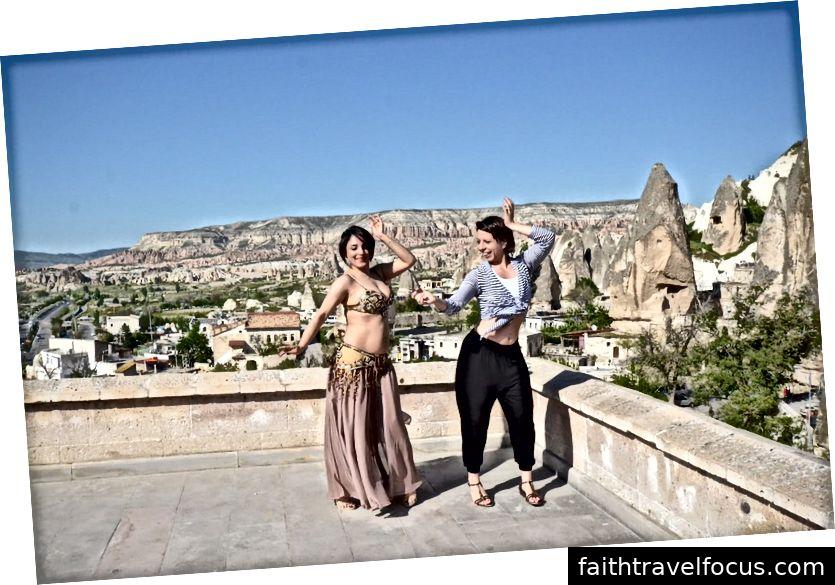 Мікела Маллоцці навчається танці живота з Ydm в Кападоччі, Туреччина | © Ліна Пліопліте