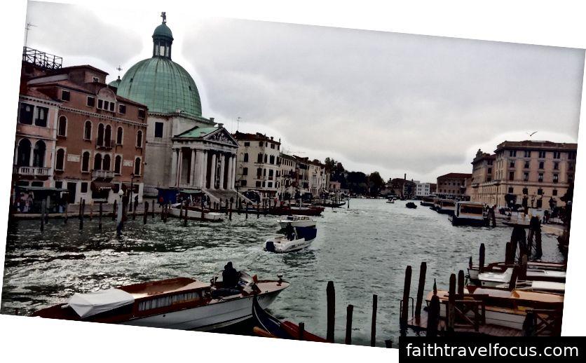 Це те, що ви вперше бачите, поки виїжджаєте з залізничного вокзалу у Венеції. Станція знаходиться праворуч, і це перший міст, який ви переходите, перш ніж дійсно потрапити в місто, який на 100% безкоштовно.