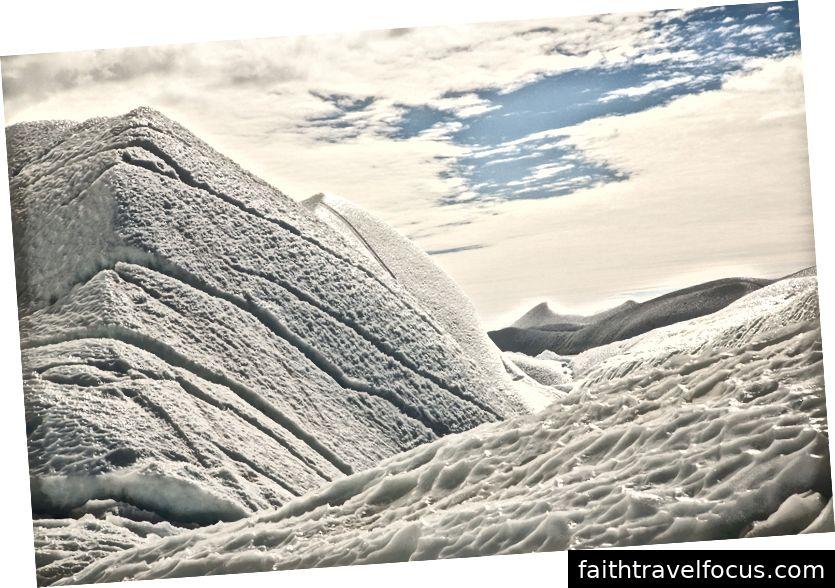Вітер і море штовхають лід на континент, де він загинається і переохолоджується в сюрреалістичні, хвилеподібні, величезні гори льоду висотою в десятки метрів, що виглядали як бурхливий, бурхливий в часі океан.