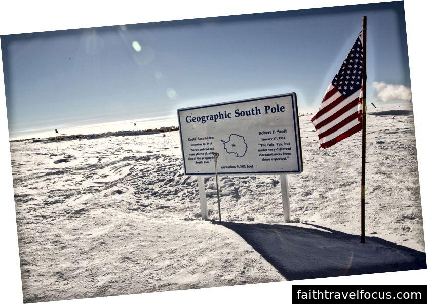 Геограхічний Південний полюс та латунна голова, що позначає найнижчу точку на планеті. Бігайте по цьому, а ви біжите по всьому світу!