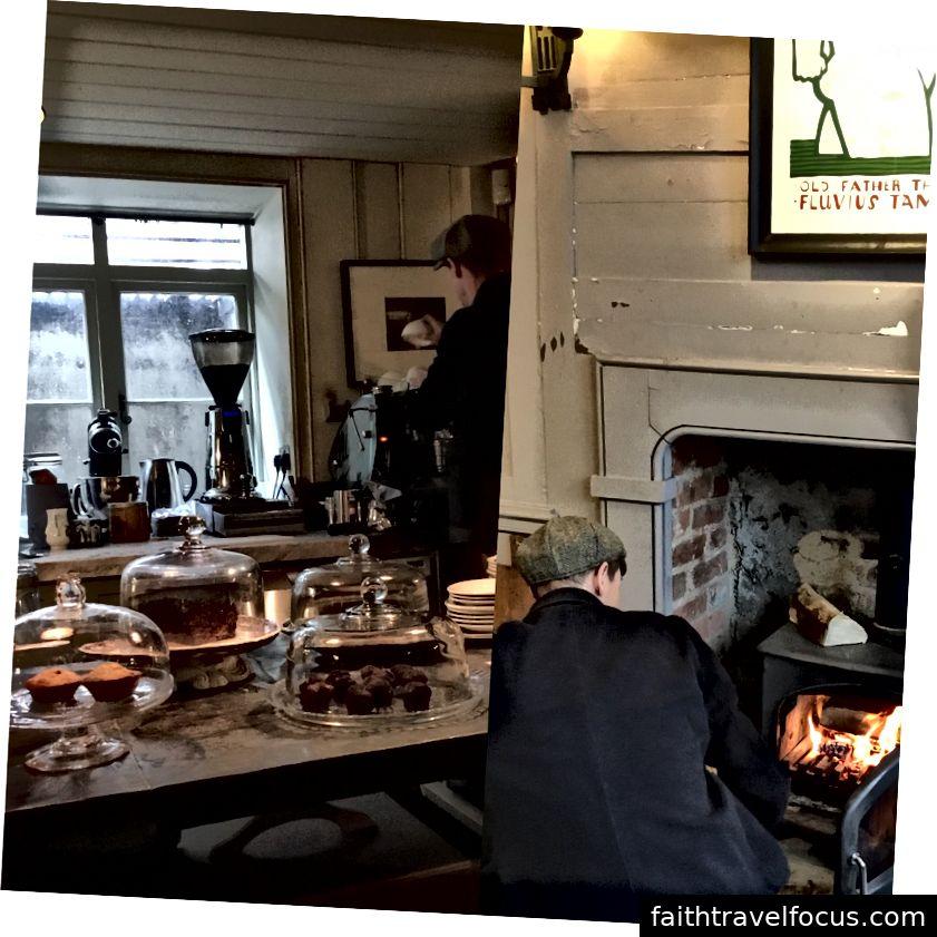 Những chiếc bánh và cà phê Victoria ngon tuyệt bên bếp lửa tại Cửa hàng đồ cổ và cà phê Towhouse, Phố Fournier