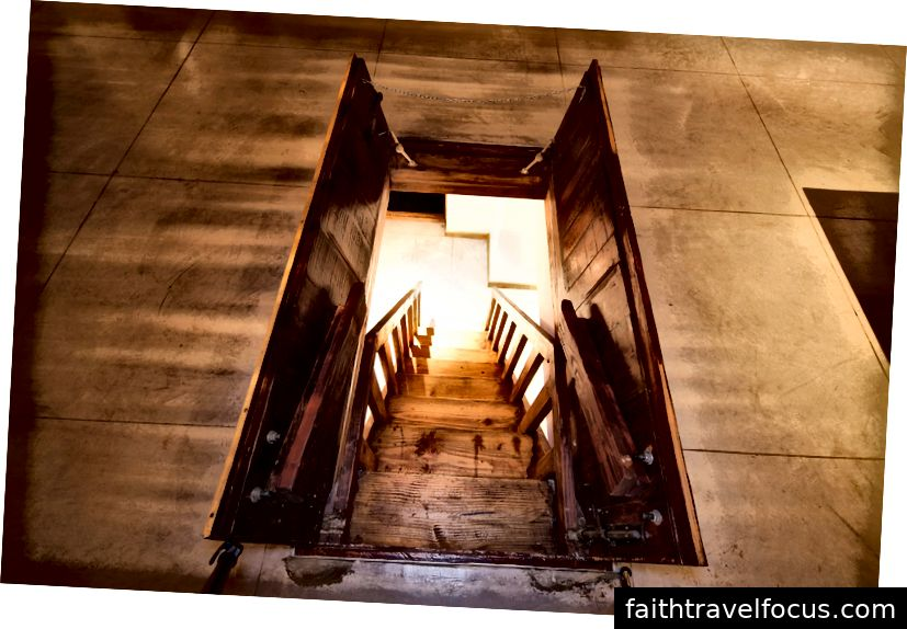 Trapdoor у фойє готелю, який веде до підпільної студії звукозапису для відвідувачів музикантів   © El Ganzo
