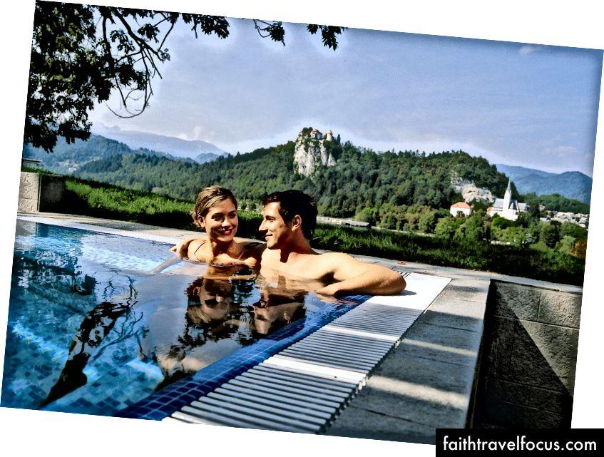 Rikli Balance Hotel'de (eski Hotel Golf) kale manzaralı yüzme havuzu