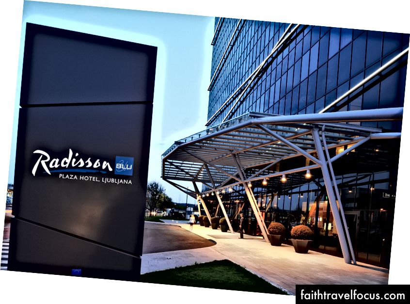 Vstup do hotela Radisson Blu Plaza