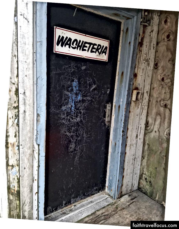 Cùng với Cửa hàng bản địa, Washeteria tạo thành trung tâm xã hội của hòn đảo. Rượu là bất hợp pháp trên Diomede, vì vậy đây là gần như đến một quán bar địa phương.