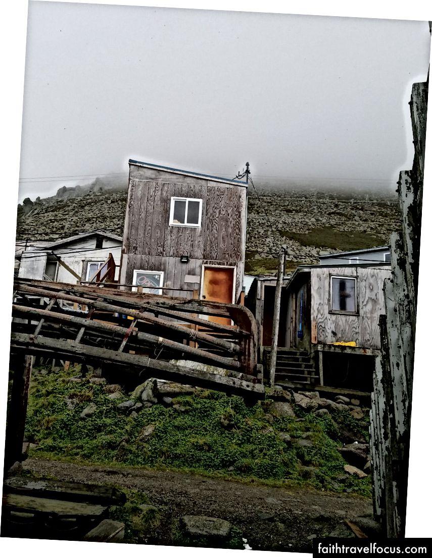 Các di tích của một chiếc thuyền da bên dưới những ngôi nhà và sườn đồi.