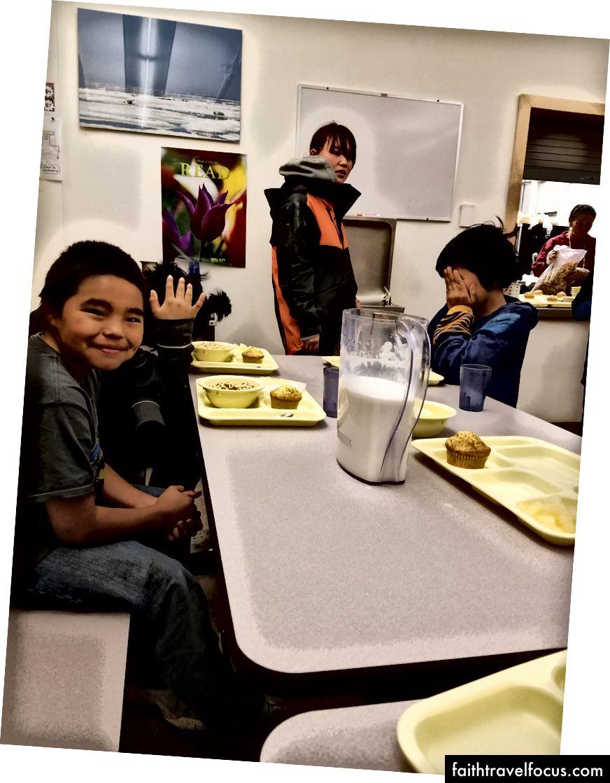Khi tôi lang thang trở lại trường, mẹ và cha Ron Ron mời tôi cùng các con ăn trưa trong khu vực ăn uống của trường.