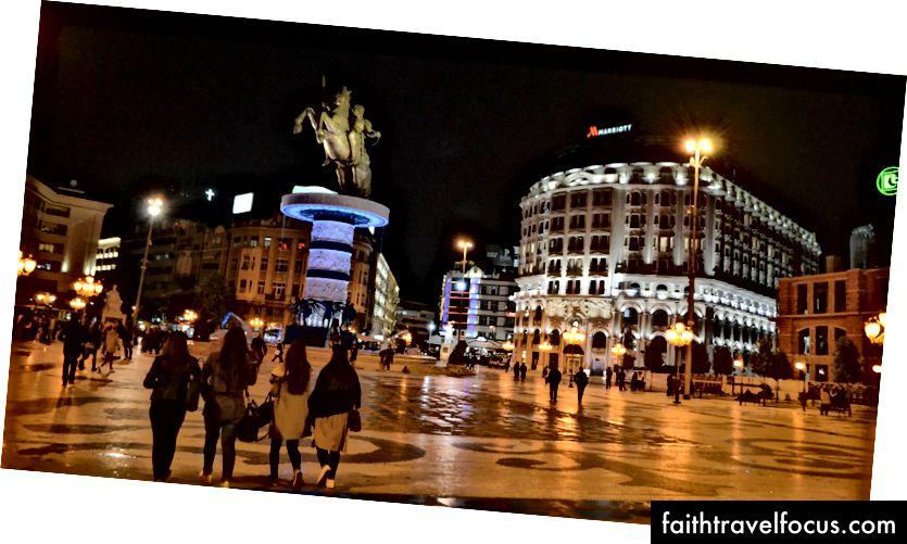 Quảng trường Macedonia, với khách sạn Marriott tuyệt đẹp và bức tượng Alexander Đại đế trị giá 7,5 triệu USD