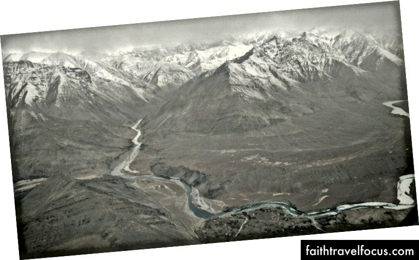 Гималайский хребет и река от самолета
