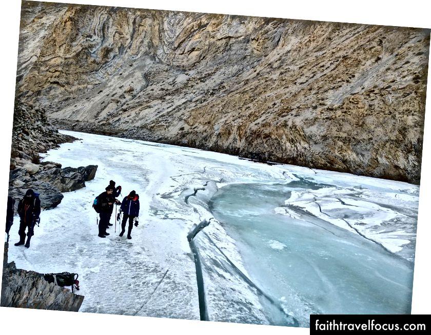 Зеленовато-голубой лед и вода