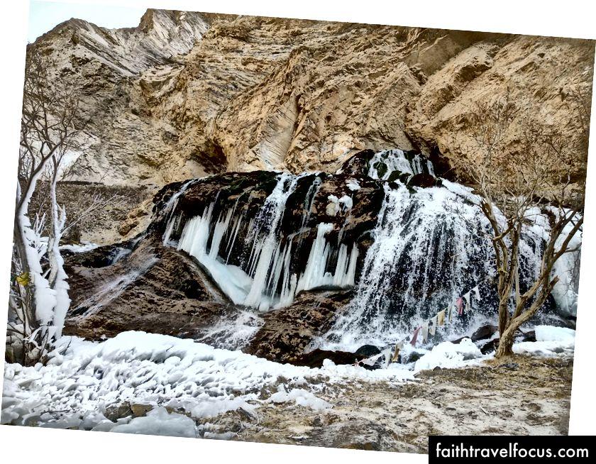 Полумерзлый водопад