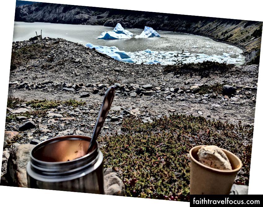 Patagonya'daki Gray Glacier yolundaki gölün önünde öğle yemeği yemeyi bıraktım.