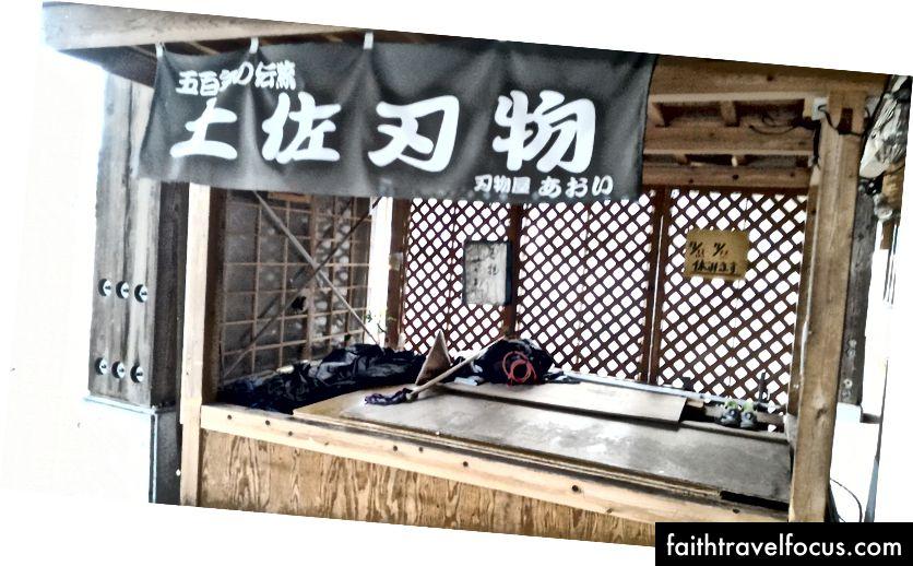 Japonya'nın kırsalında, dükkan tezgahlarında çömelme içeren 40 günlük bir hac ziyareti. (2015)