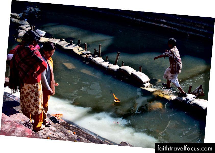 Ganj koloni nehirindeki hacıları izlemeye gidiyoruz. (Katmandu, Nepal. 2010)