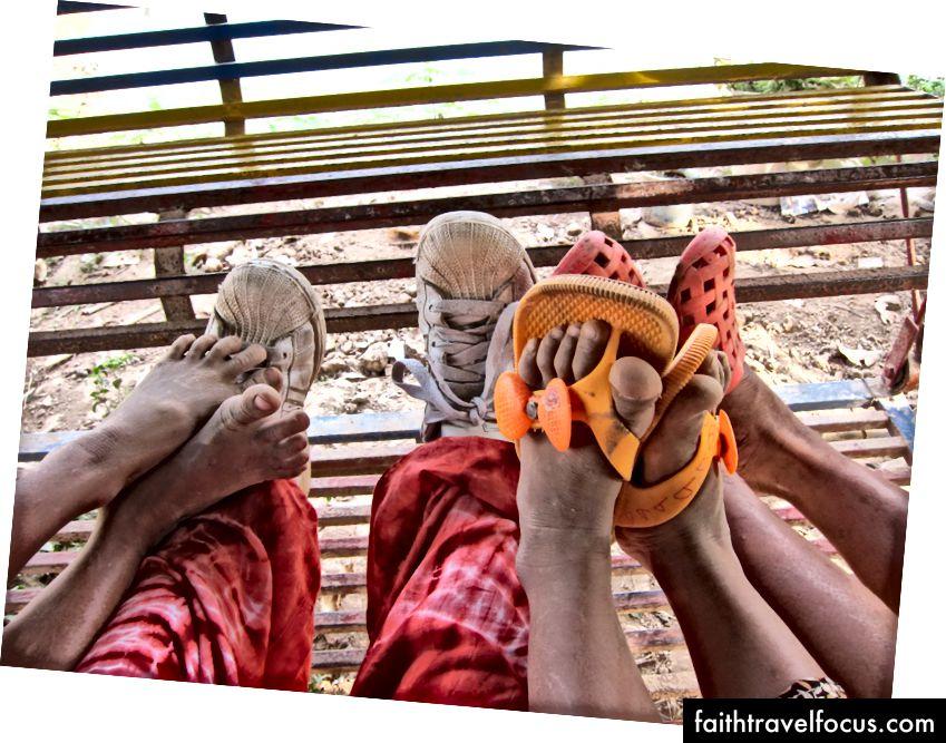 Kamboçya'ya yaşamı değiştiren bir yolculuk, kızlarla bir sığınakta vakit geçirmek için. Bir söz vermek için 3 kez bittim. (2011)