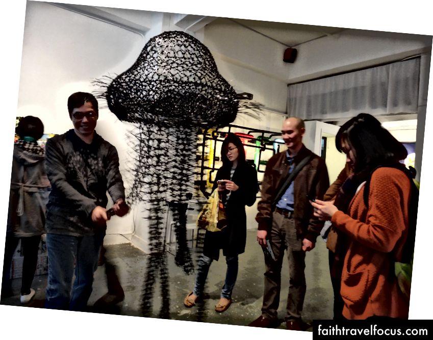 Hong Kong'da bir sanat eserine gitmek için arkadaş toplamak. (2014)