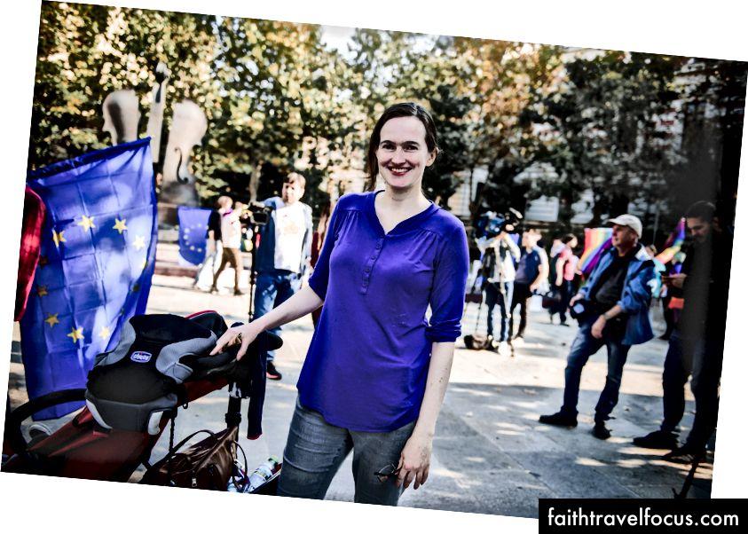 Nhà báo người Anh Debbie Stowe nói rằng việc rời London để tới Bucharest đã mở ra những cánh cửa mới cho sự nghiệp của cô.