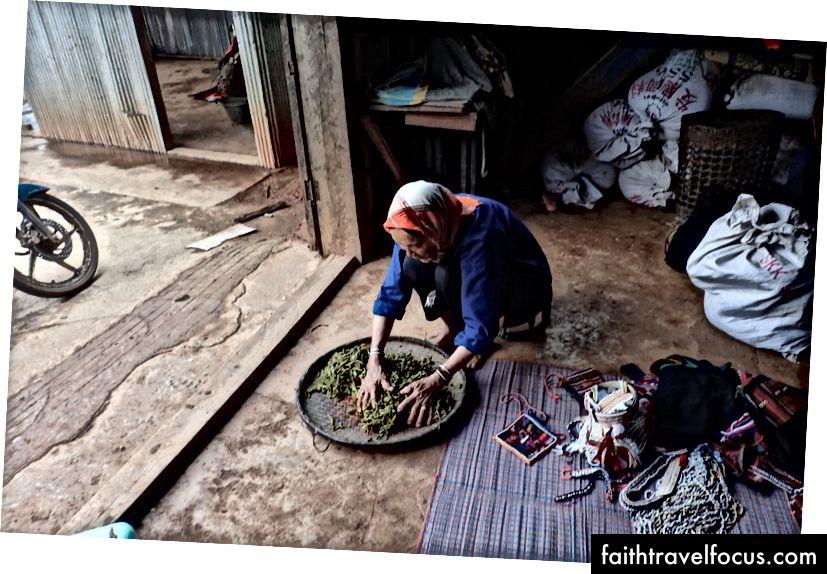 Người phụ nữ làng Myanmar làm cho chúng tôi ăn trưa