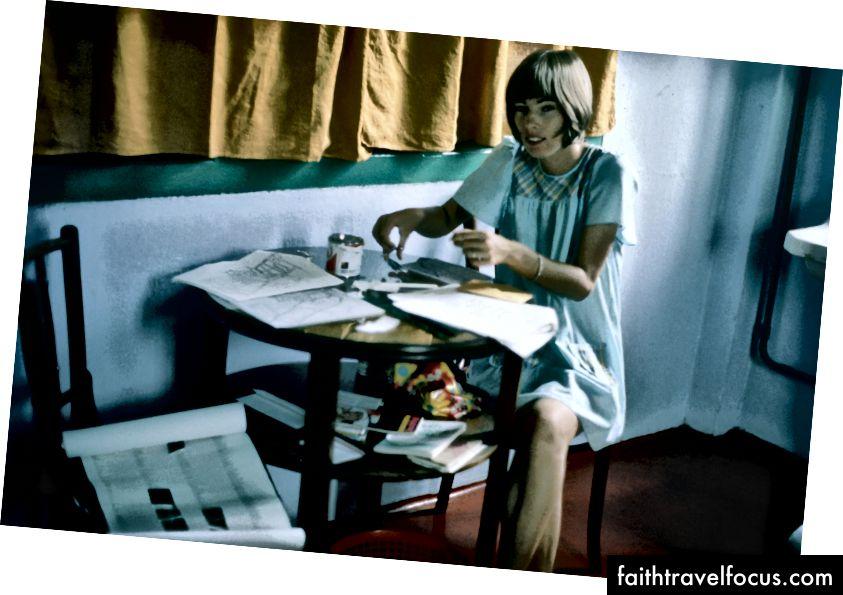 Maureen Wheeler tập hợp các bản đồ bằng tay cho Hướng dẫn Lonely Planet thứ hai từ Đông Nam Á trên một Shoestring, tại khách sạn The Palace, Singapore năm 1975