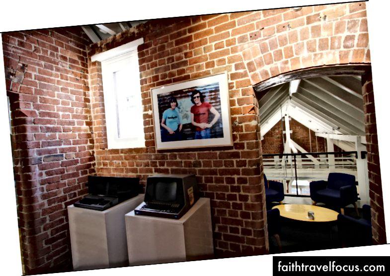 Văn phòng Lonely PlanetTHER Carlton tại Melbourne chứa nhiều kho lưu trữ Lonely Planet, bao gồm một số máy tính đầu tiên được sử dụng