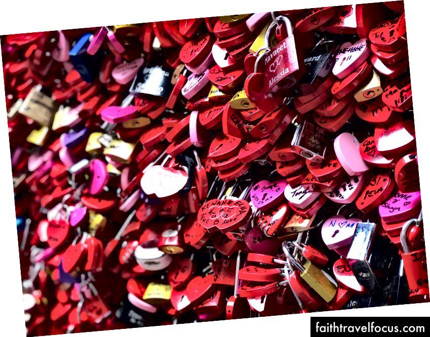 Hầu hết mọi người đến thăm ban công Romeo & Juliet theo cặp.