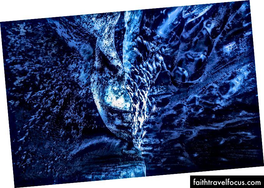 Крижане утворення, схоже на напівмаску обличчя всередині льодовикової печери Катла, льодовик Котлуйокулл