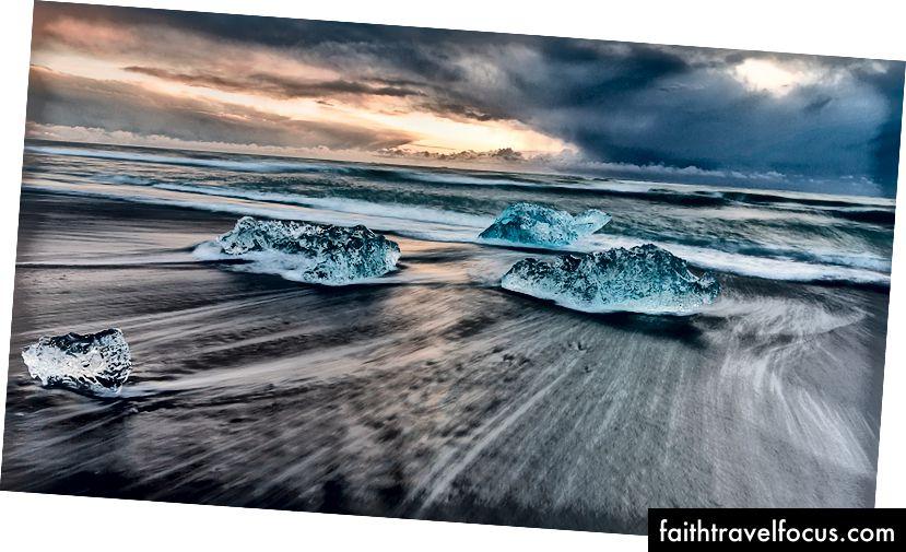 Айсберги на Алмазному пляжі на сході сонця, Джокульсарлон
