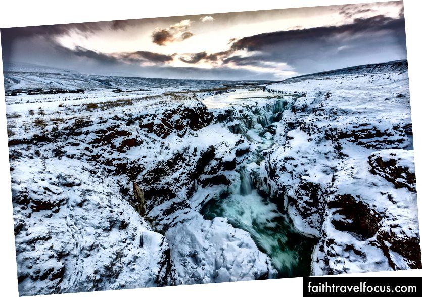 Водоспад Колуглюфур на заході сонця