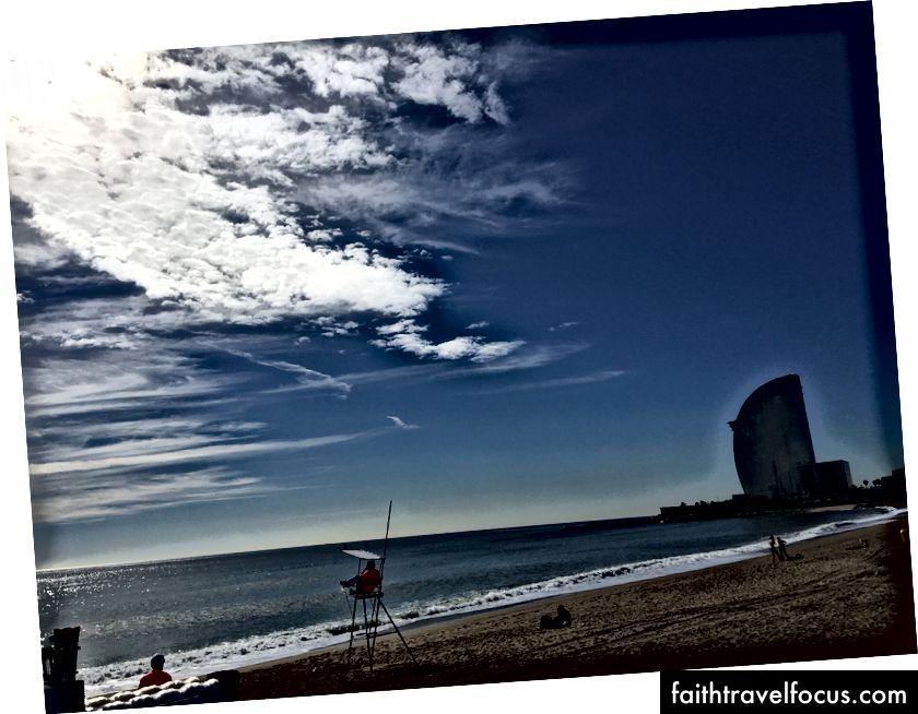 Beach Boy: Праворуч вишуканий готель W, де раніше працювала моя колега Джулія.