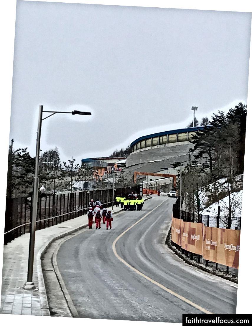 Đi lên đồi đến Trung tâm trượt Olympic